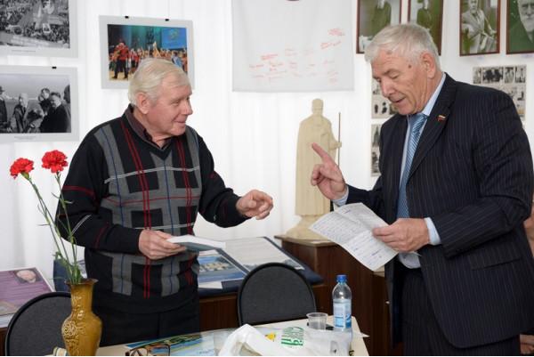 Депутат Думы г.о. Сызрань А.Н. Лексин(справа)приветствует Н.Н. Никитина в стихотворной форме